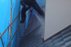 外壁の高圧洗浄を行っている職人