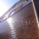 クリヤー塗装された外壁材