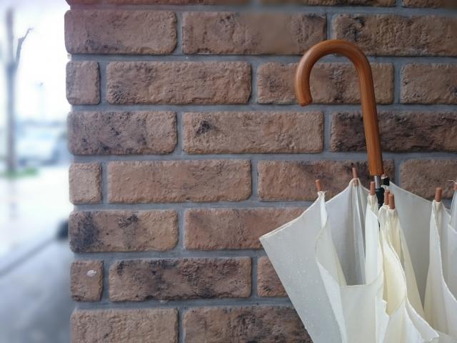 外壁に立てかけている傘