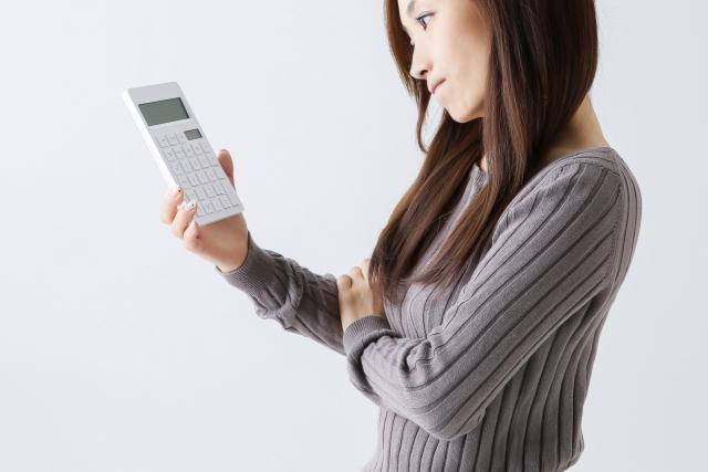 電卓をみている女性