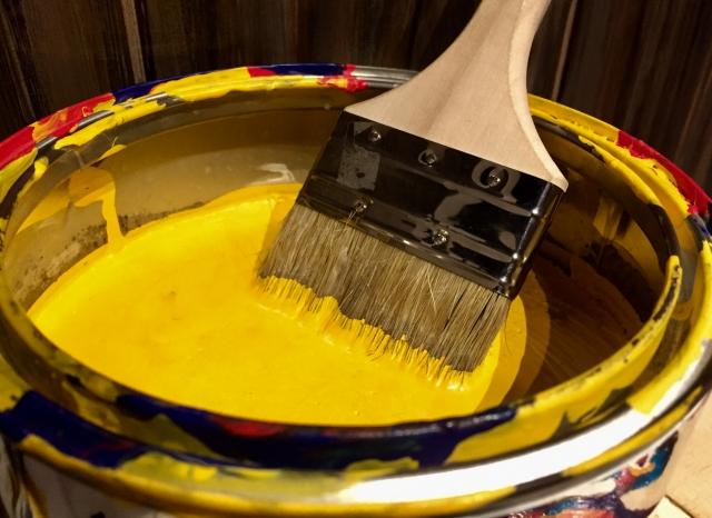 黄色の塗料と刷毛