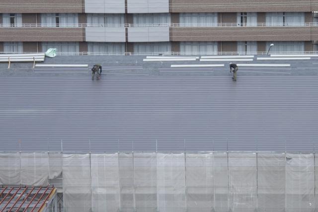 屋根工事をしている職人