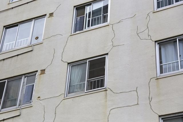 アパートの外壁のひび割れ