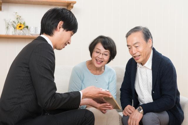 商談を行っている営業マンと夫婦