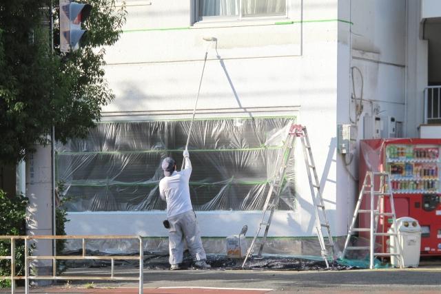 外壁の塗装を行っている職人