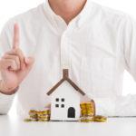 家とお金について説明している男性