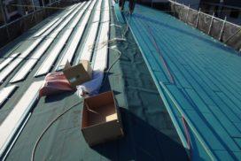 屋根カバー工事の施工中