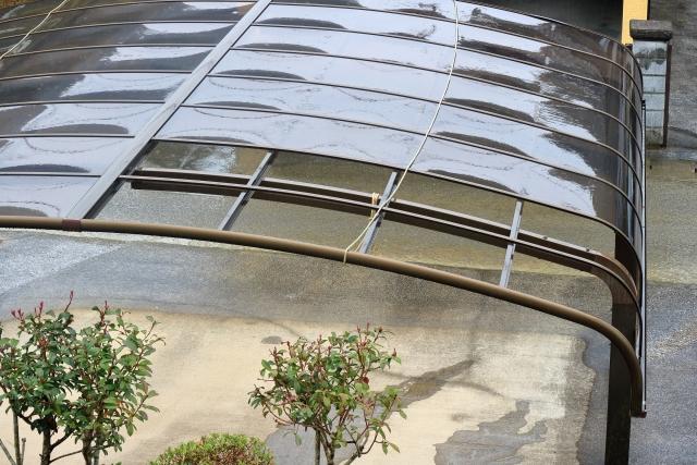 屋根が剥がれたカーポート