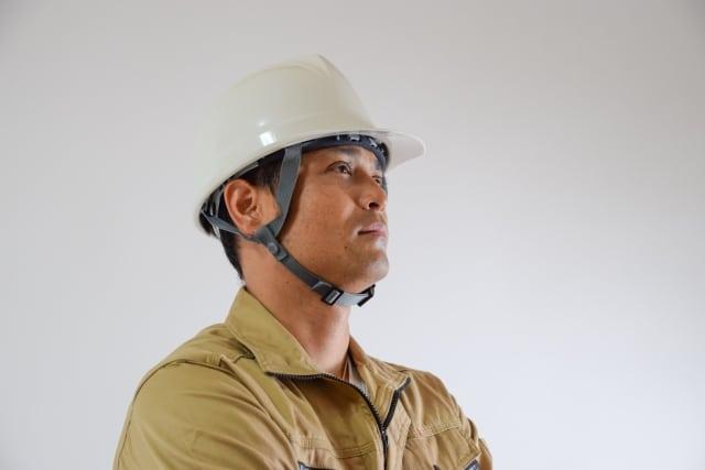 作業着を着た職人の男性