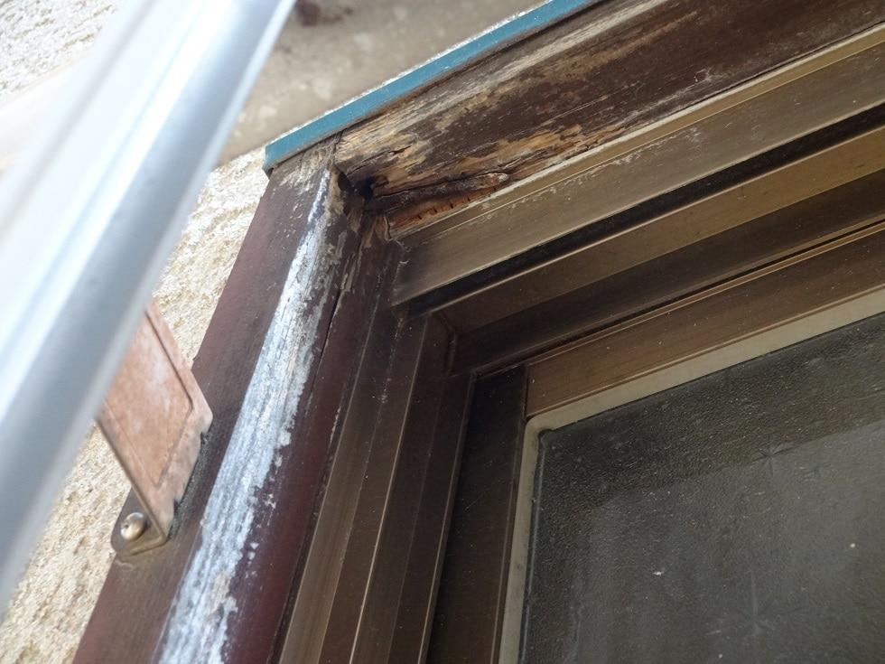 腐食した窓枠