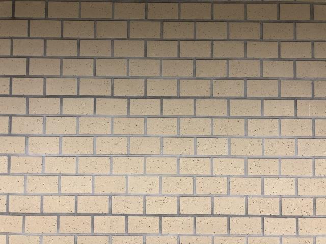 汚れたタイル壁